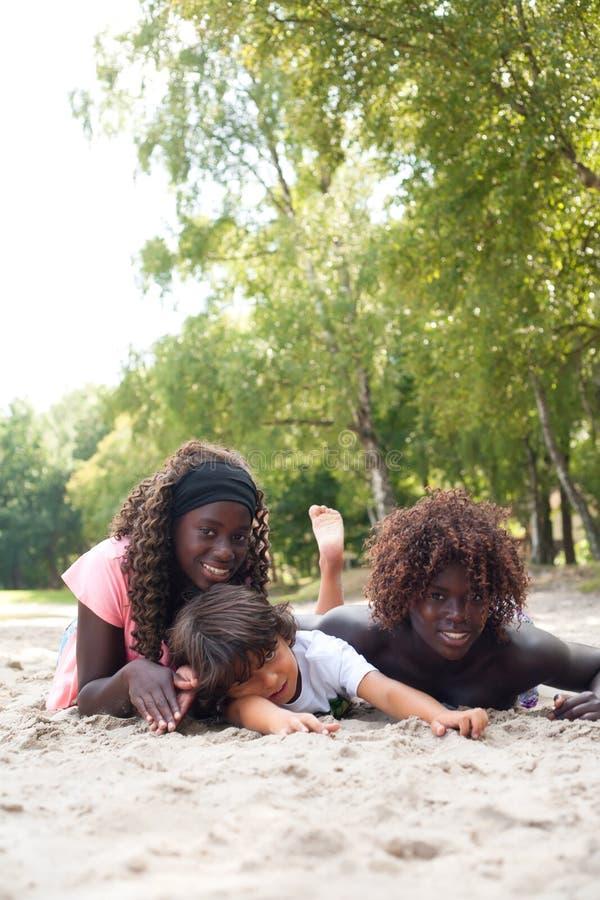 Sommerzeit Mit Den Ethnischen Kindern Lizenzfreies Stockbild