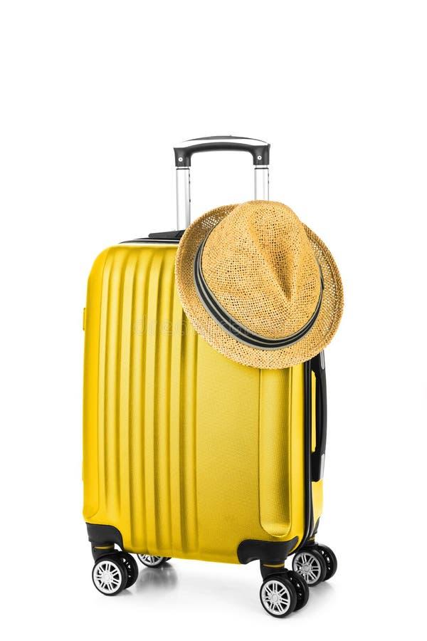 Sommerzeit - Reisetasche und -strohhut stockfoto