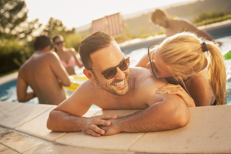 Sommerzeit Romanze durch das Pool lizenzfreie stockbilder