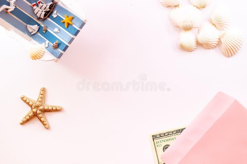 Sommerzeitkonzept mit Meeroberteilen und Starfish auf einem rosa Hintergrund lizenzfreie stockfotografie