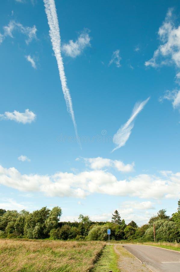 Sommerzeitlandschaft hinunter einen Feldweg in der Herefordshire-Landschaft stockbild