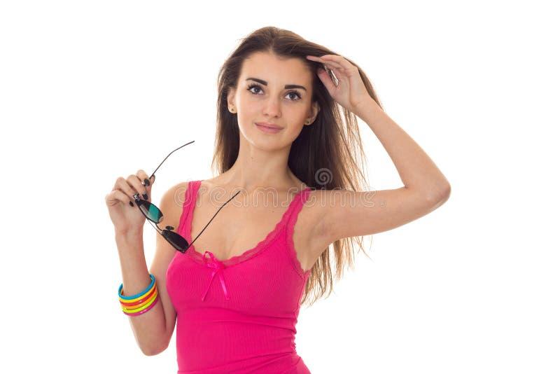 Sommerzeitporträt des jungen reizend Mädchens in der hellen Kleidung und in der Sonnenbrille bei der Handaufstellung lokalisiert  lizenzfreies stockbild