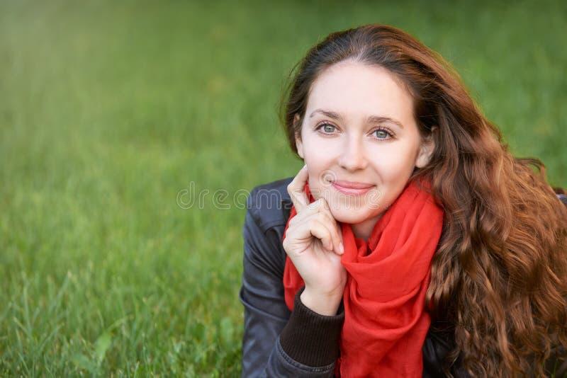 Sommerzeitstadt ruhige Dame liegen am Garten ruhige Dame stellen Porträt gegenüber ruhiges Lächeln lizenzfreies stockfoto