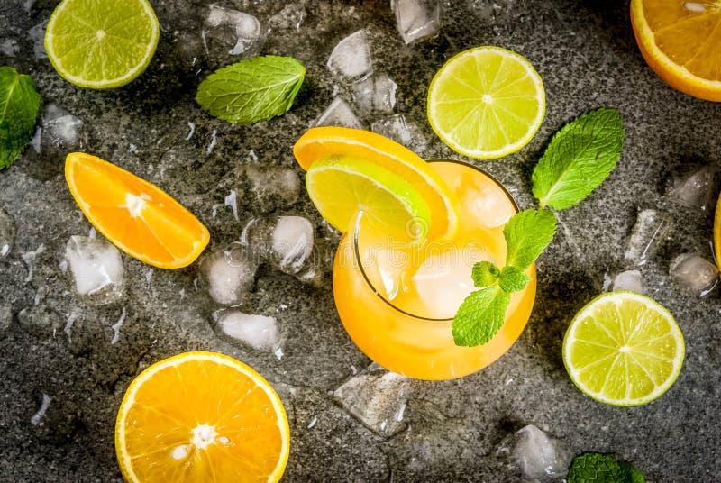 Sommerzitrusfruchtdurchschlag mit Orangen und Kalk stockfotos