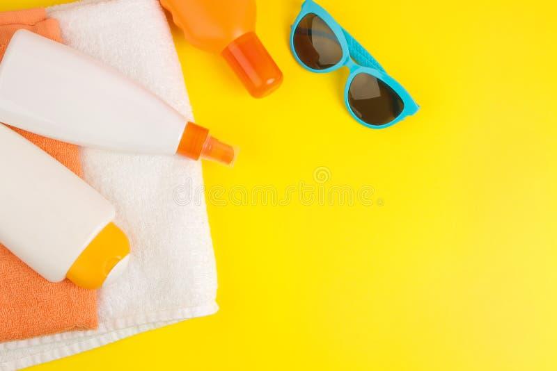 Sommerzubehör Konzept von Sommerferien Lichtschutz und Tücher auf einem hellen gelben Hintergrund Beschneidungspfad eingeschlosse stockbilder