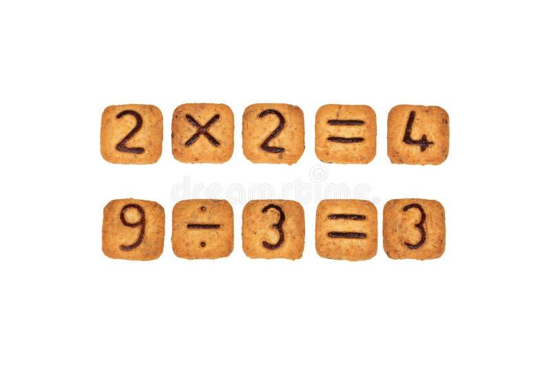 Sommes faites de biscuits carrés avec des chiffres de chocolat sur eux D'isolement sur le fond blanc image libre de droits