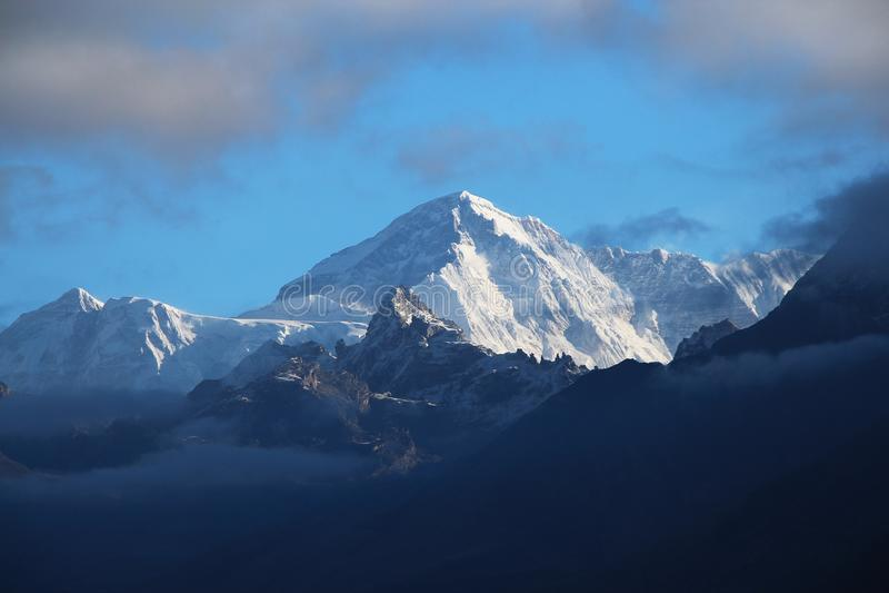Sommet de la montagne Cho Oyu tôt le matin au Népal image stock