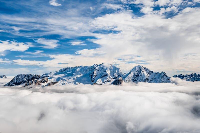 Sommet de Marmolada en dolomites en hiver photographie stock