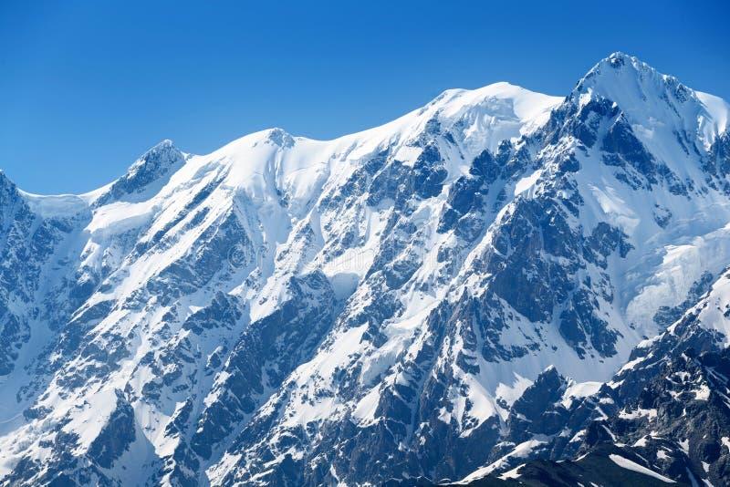 Sommet de montagne sous la neige photographie stock