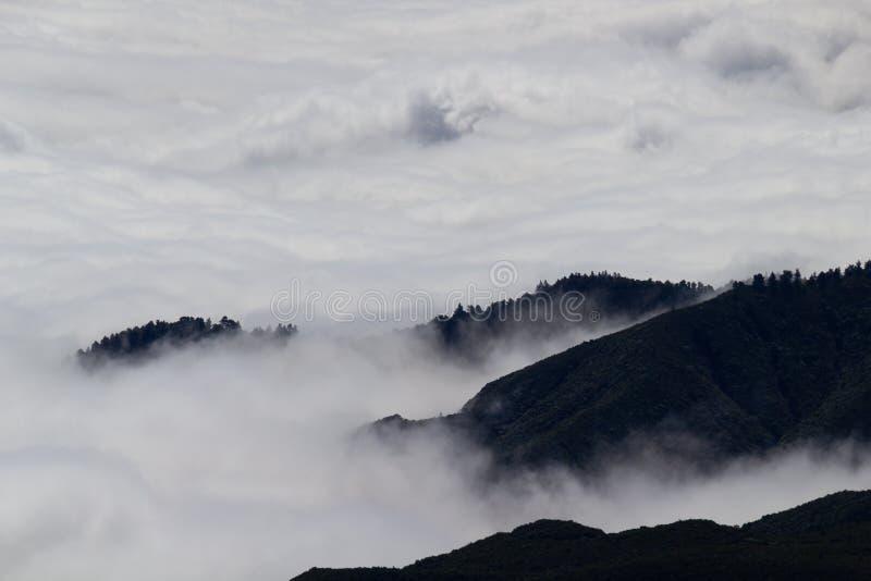 Sommets de montagne et nuages en la Madère images libres de droits