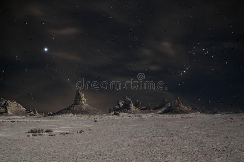 Sommets de trona la nuit image stock