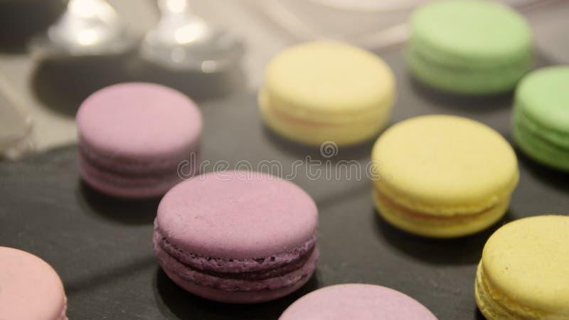 Sommige Franse die macarons op een dienblad wordt voorgesteld royalty-vrije stock afbeeldingen