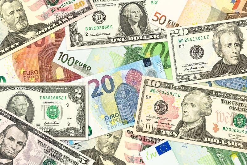 Sommige gemengde us-dollar en euro bankbiljetten het wijzen van op handel royalty-vrije stock afbeelding