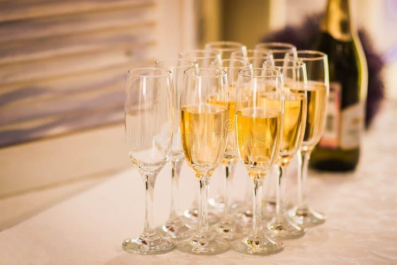 Sommige glazen champagne met een fles royalty-vrije stock foto's