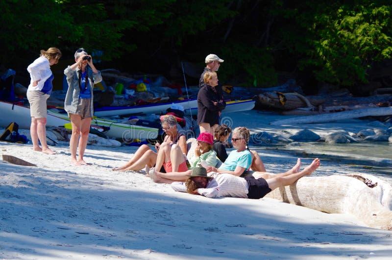 Sommige kayakers ontspannen terwijl anderen het wild waarnemen stock afbeelding