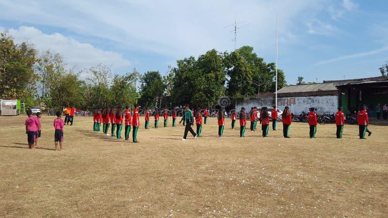 Sommige mensen praktizeren marcherend en opheffend de nationale vlag stock afbeelding