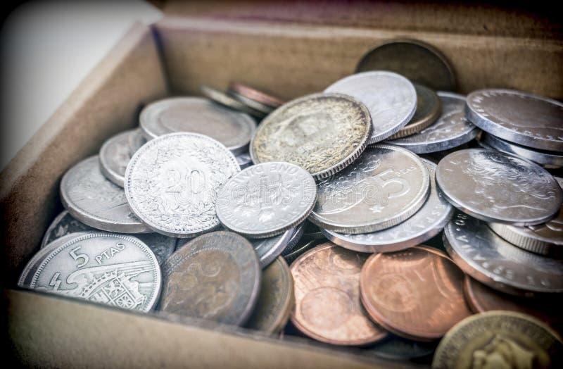 Sommige oude muntstukken in een kartondoos royalty-vrije stock afbeeldingen
