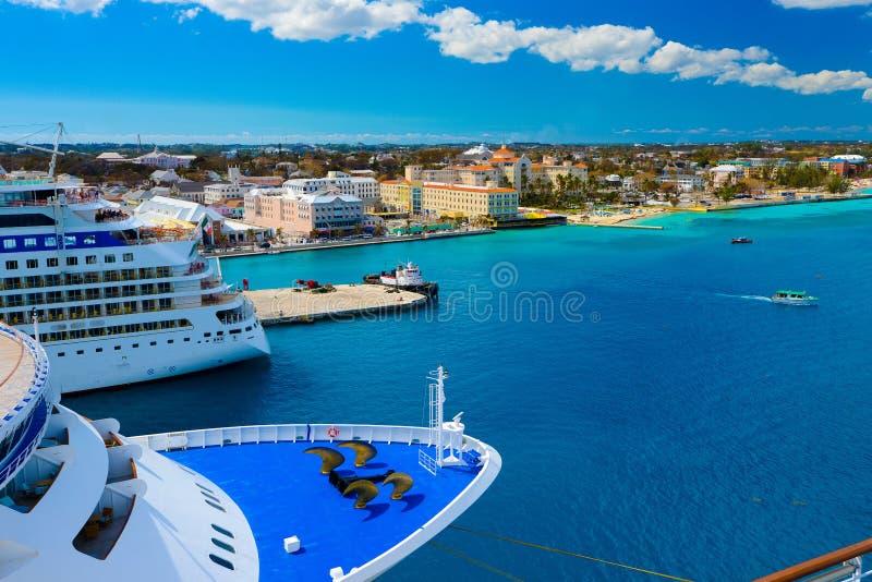 Sommige passagiersschepen verankerden in de haven van Nassau stock afbeeldingen