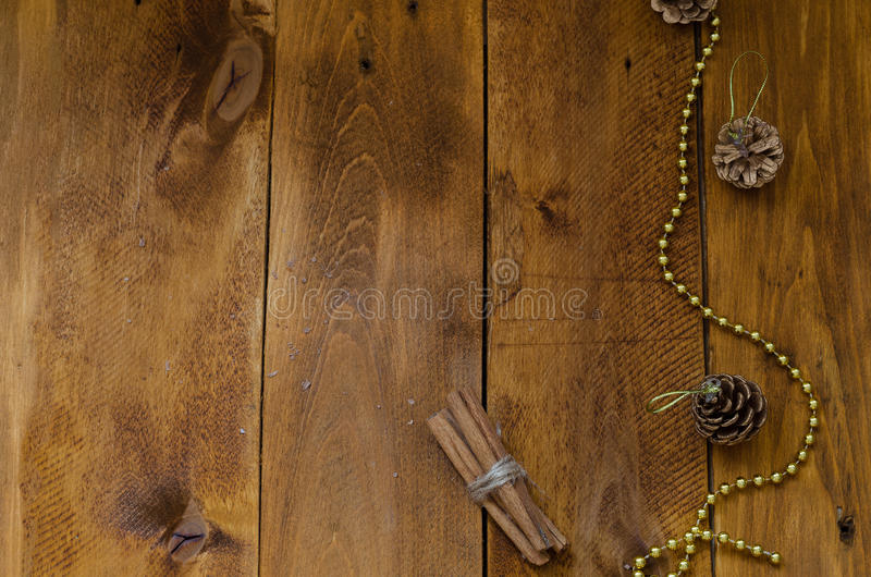 Sommige pijpjes kaneel bonden met een natuurlijke kabel stock fotografie