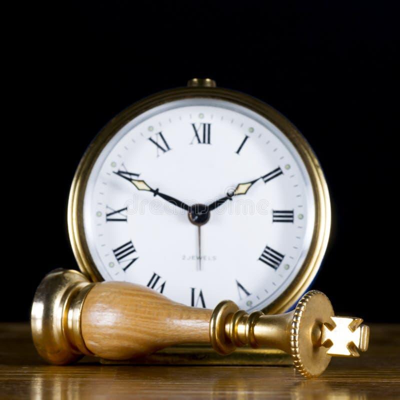Schaakstukken met Oud Horloge stock afbeelding