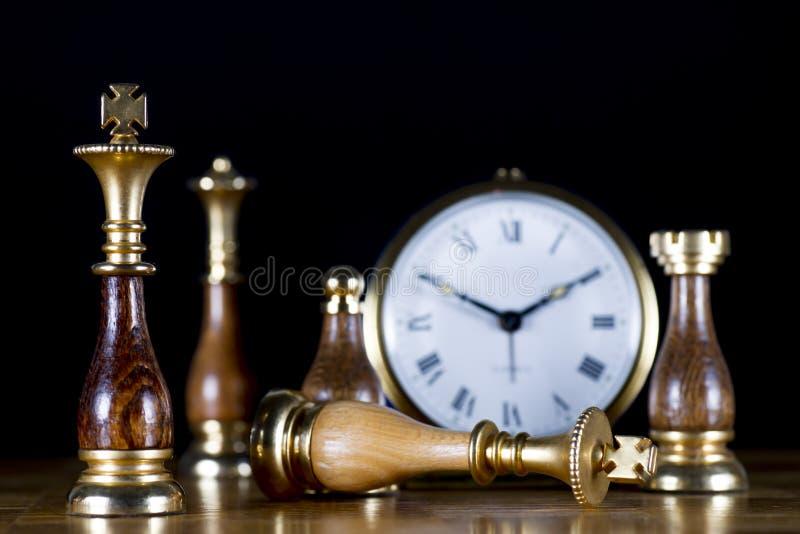Schaakstukken met Oud Horloge royalty-vrije stock afbeelding