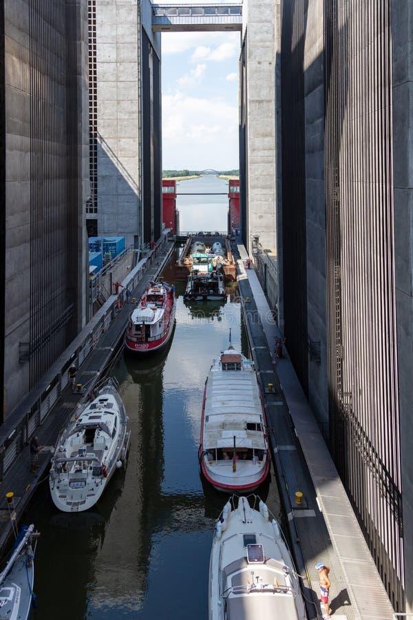 Sommige schepen hebben 38 meters in het hijstoestel van een gigantisch schip overwonnen royalty-vrije stock afbeelding