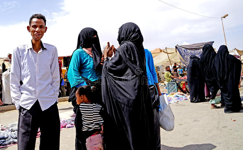 Sommige vrouwen met sluier en burqain souk van de stad van Rissani in Marokko royalty-vrije stock foto