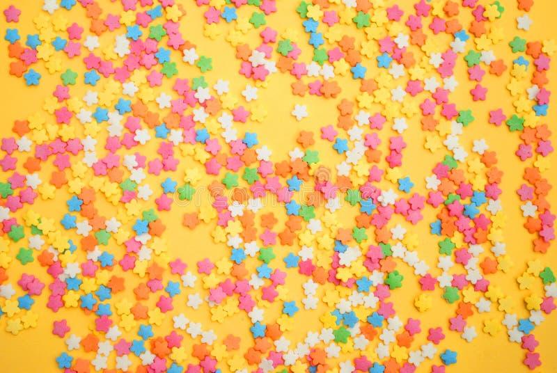 Sommige zoet suikergoed die gebakje voor achtergrond uitspreiden stock foto