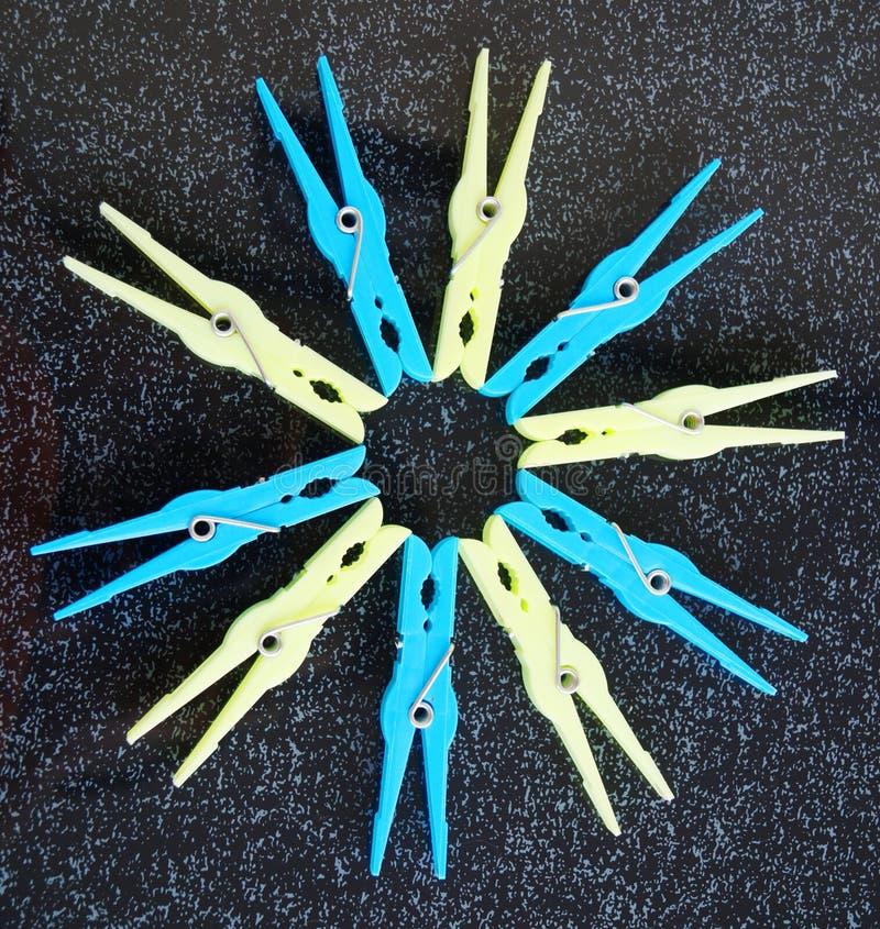 Sommigen kleden pinnen in gele en blauwe kleuren royalty-vrije stock foto