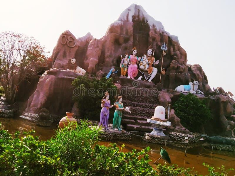 Sommigen koelen standbeeld in tempel met rivier stock foto