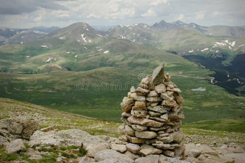 Sommità della montagna che fa un'escursione la tempesta della pioggia di estate fotografia stock