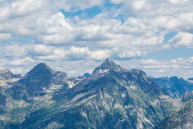 Sommità della montagna di Corona di Redorta nel Ticino Svizzera fotografie stock