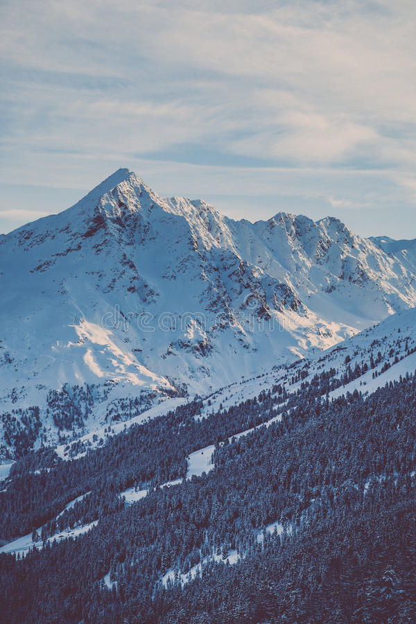 Sommità della montagna nell'inverno fotografie stock