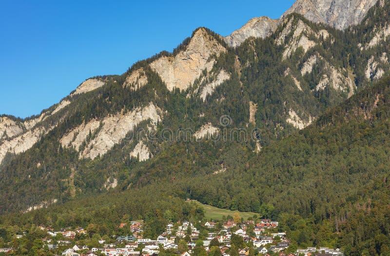 Sommità delle alpi - vista dalla città di Chur in Svizzera fotografie stock