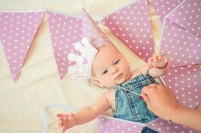 Somos tan felices Pequeño bebé dulce Nuevos vida y nacimiento Retrato del pequeño niño feliz Pequeña muchacha Feliz cumpleaños imagenes de archivo
