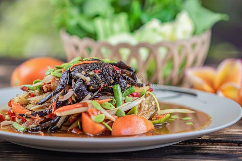 Somtum bajs Thail?ndsk papayasallad med den rimmade krabban royaltyfri fotografi