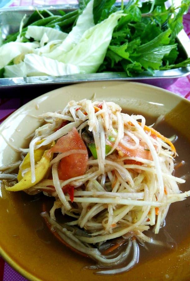 Somtum grön papayasallad, kryddig thailändsk mat royaltyfri foto