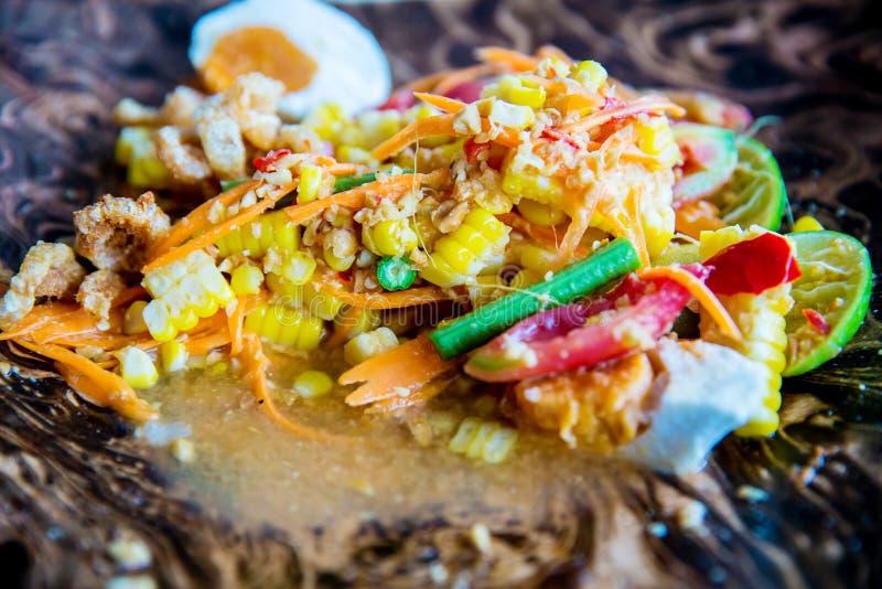 SomTum, kryddig thailändsk mat för havrepapayasallad orange sallad med blandad torkad räka eller den torkade rimmade räkan arkivfoto