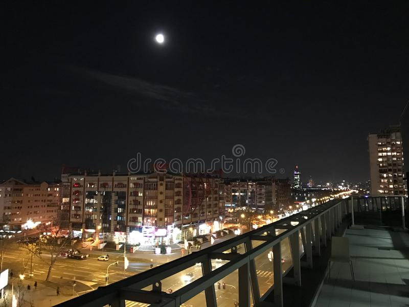Somwhere da opinião da noite em Belgrado imagens de stock