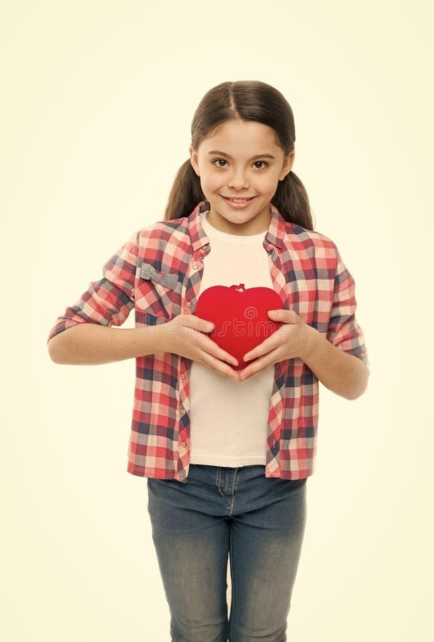 Son battement de coeur avec amour Peu enfant exprimant l'amour le jour de valentines Petite fille tenant le coeur rouge Fille mig photo stock