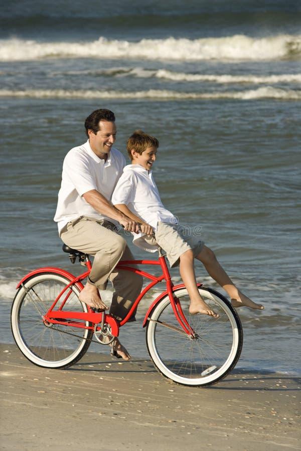 son för cykelfarsaridning arkivfoton