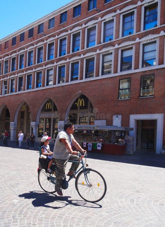 son för cykelfarsaridning royaltyfri fotografi