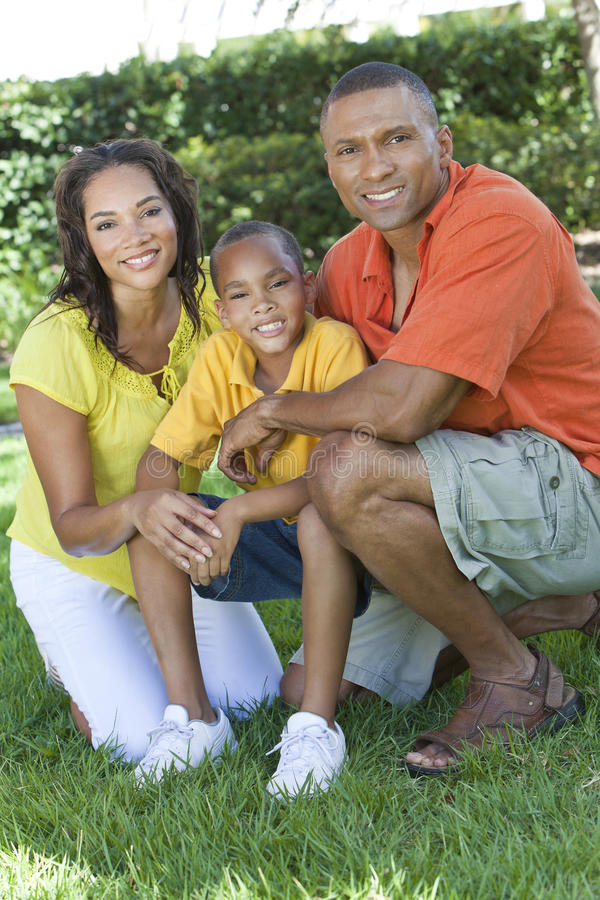 Son för fader för afrikansk amerikanfamiljmoder utanför royaltyfri foto