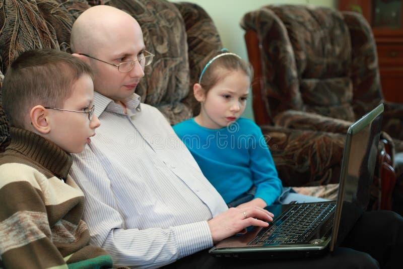 son för skärm för look för dotterfaderbärbar dator royaltyfri bild