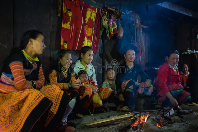 Son La, Vietnam - 13 gennaio 2016: Famiglia del mong del ` di H che si siede intorno al fuoco dentro la loro casa durante la fest fotografie stock