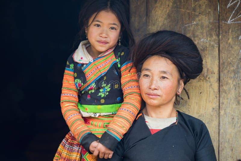 Son La, Vietnam - 13. Januar 2016: Porträt von h-` mong Mutter und von ihrer Tochter vor ihrem Haus in ethnischem Dorf Ta Xua, BA stockbild