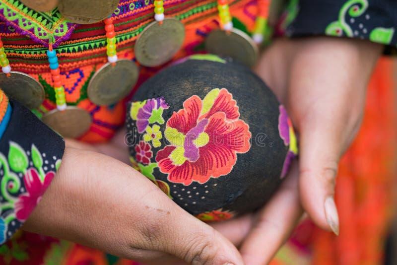 Son La Vietnam - Januari 13, 2016 - lura bollen i händer, objektet för att spela den traditionella leken av etniskt folk i nord a royaltyfria foton