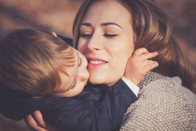 Son och mamma i kram arkivfoto