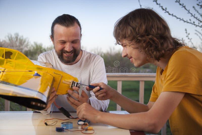 Son und Vater selbst gefertigte, funkgesteuerte Modell-Modell-Flugzeug-Handfertigung nicht urheberrechtlich geschützt lizenzfreie stockbilder