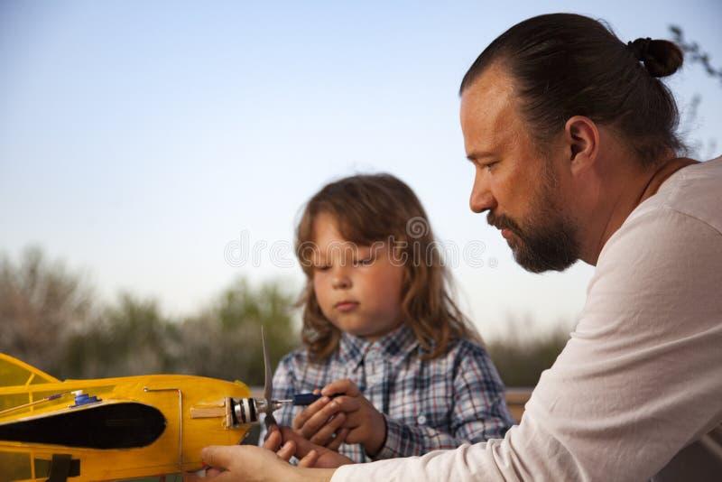 Son und Vater selbst gefertigte, funkgesteuerte Modell-Modell-Flugzeug-Handfertigung nicht urheberrechtlich geschützt lizenzfreie stockfotografie